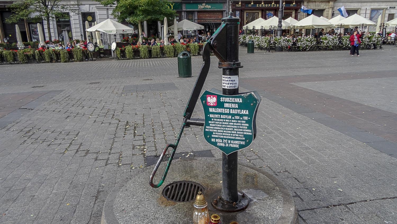 Studzienka imienia Walentego Badylaka был создан, чтобы почтить память Валентина Бадылака, который в знак протеста против молчания о Катынской резне приковал себя к гидранту в западной части Рыночной площади и совершил акт самосожжения 21 марта 1980 года