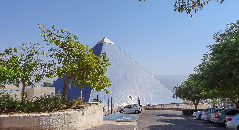 Городской парк с пирамидой, напоминающей Лувр