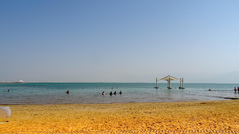 Мертвое море расположено в огромной впадине, его абсолютная высота –403 м