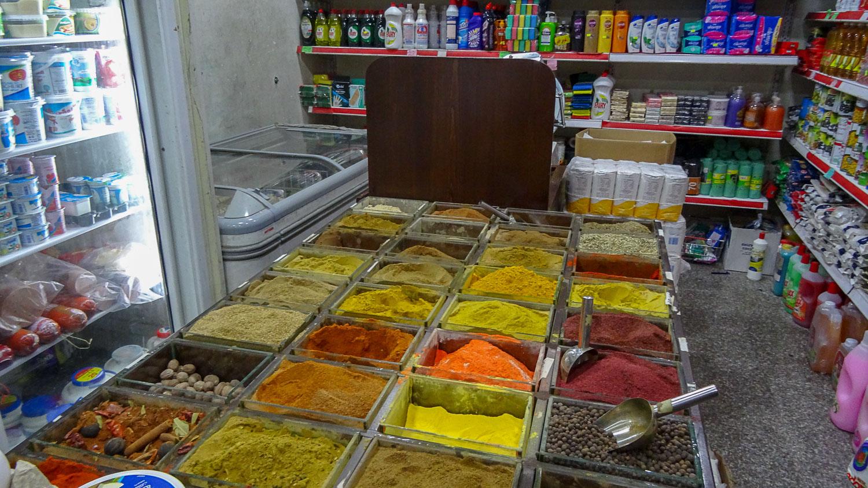 Ассортимент специй в небольшом магазинчике