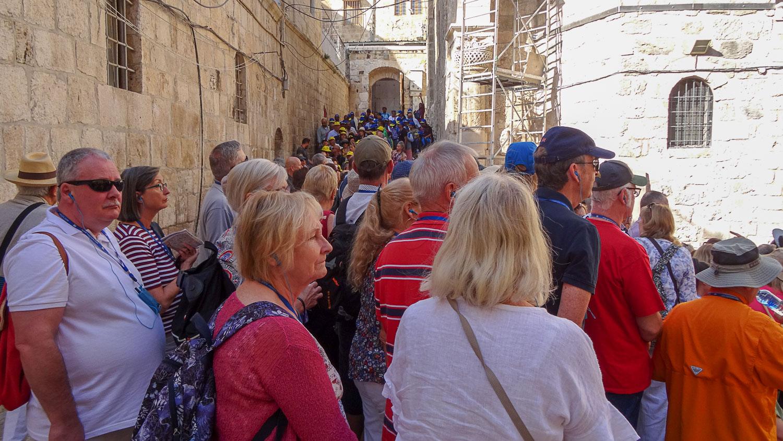 Толпы туристов и паломников у Храма Гроба Господня