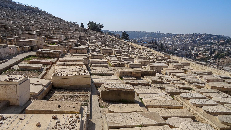 Могильные плиты на кладбище