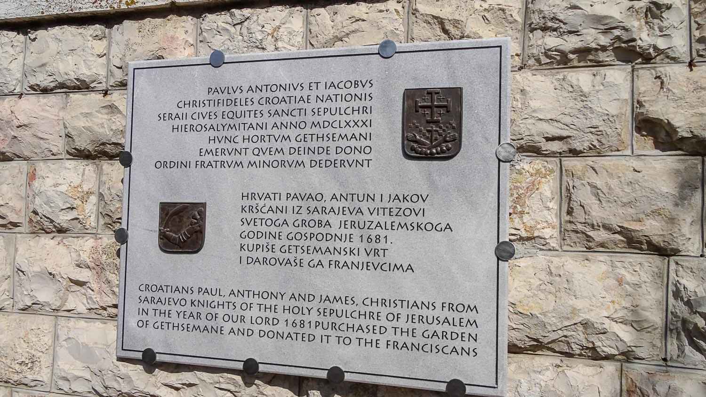 Табличка на древней стене