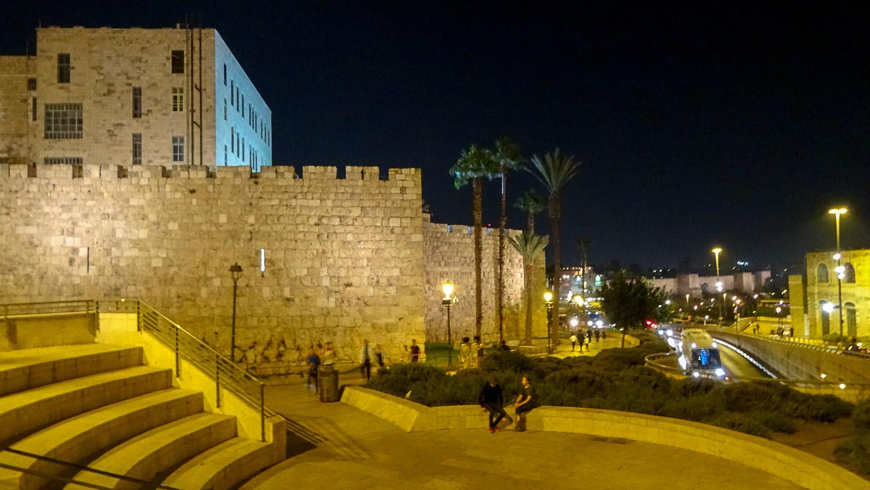 Вечером у стены вокруг Старого города
