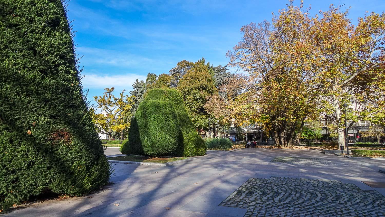 Зеленые фигуры на площади Свободы