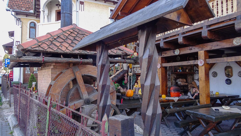 Много деревянных построек