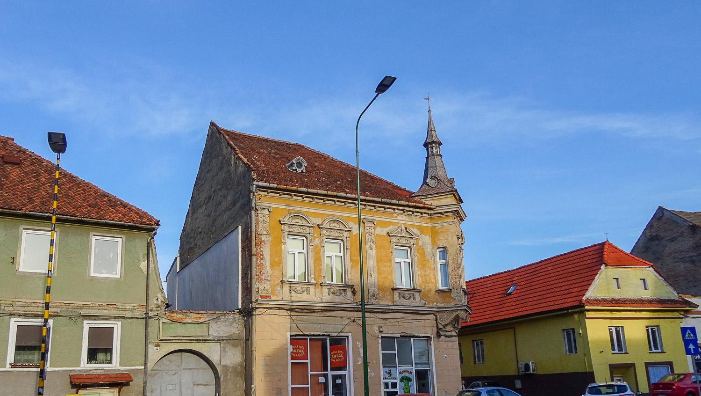 Старые дома, в том числе с башенками