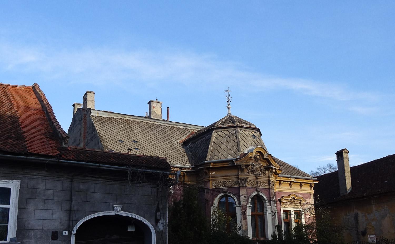 И с украшениями на крыше