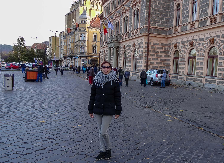 На площади в центре