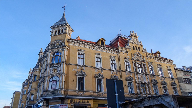 В этом старом здании расположены ресторан, банк, магазин