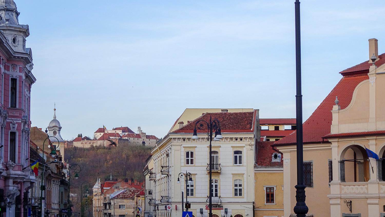 Дома в центре и вид на гору