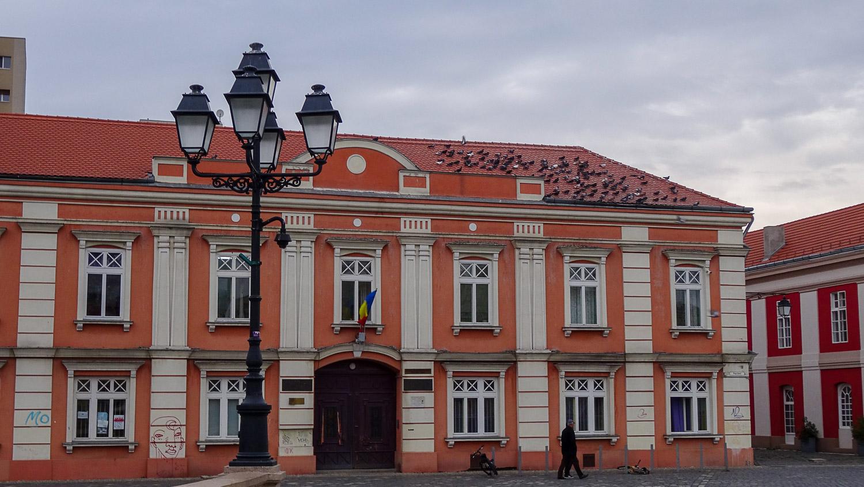 Яркое здание