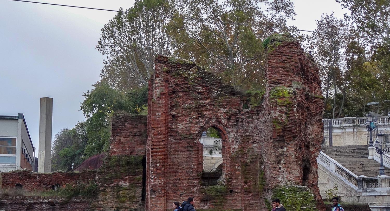 Остатки древней стены