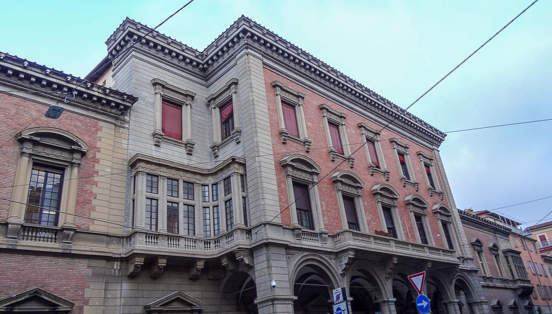Необычное оформление угла здания
