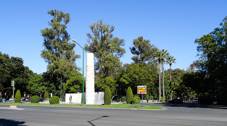 Monumento a Juan Sebastian Elcano у входа в парк