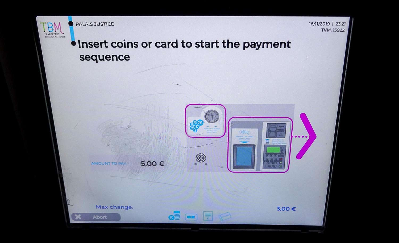 Все, можно оплачивать. Автомат принимает карты и монетки