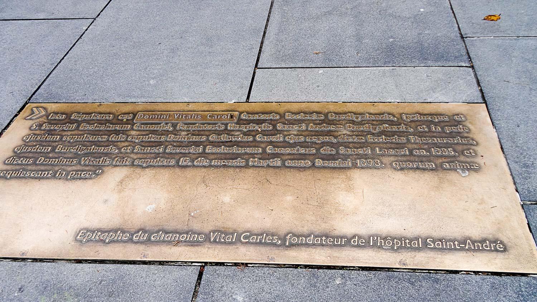 Табличка на тротуаре