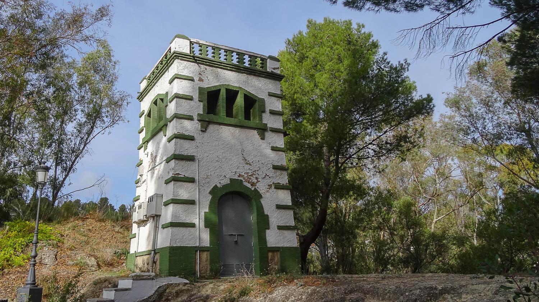 Неподалеку - башня