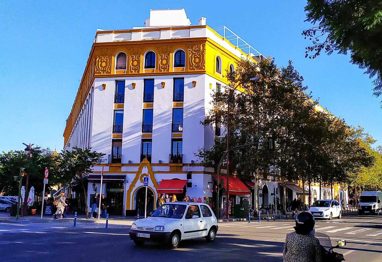 Еще одно бело-золотое здание