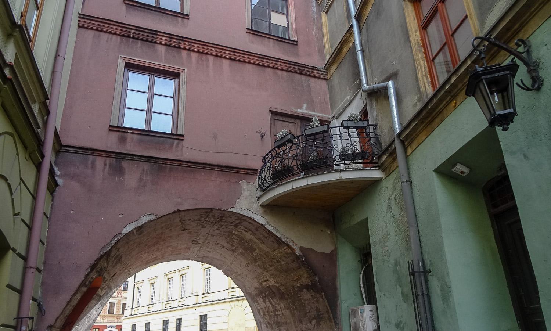 Завернули в арку - а там такой прелестный балкончик