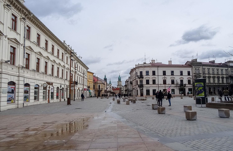 Пешеходная улица плавно перетекает в площадь