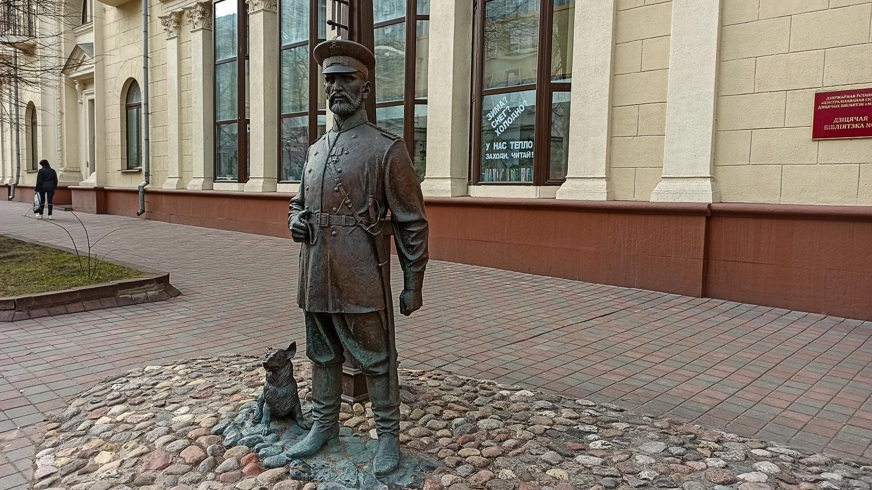 Памятник городовому - у детской библиотеки