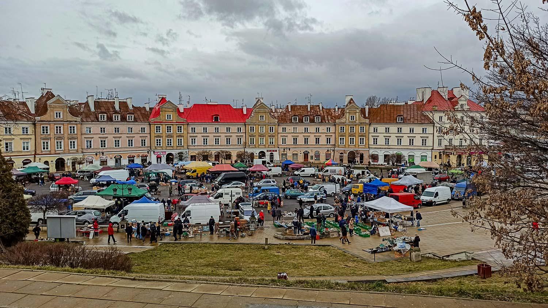 Бойкая торговля на Замковой площади