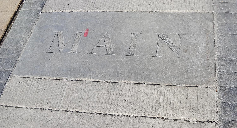 Некоторые улицы подписаны прямо на тротуаре