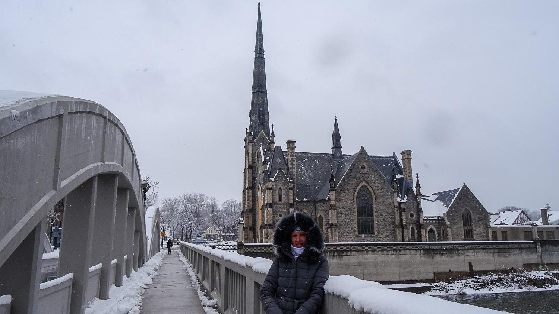 На фоне Центральной пресвитерианской церкви