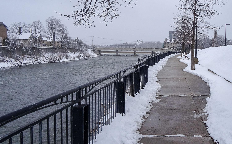 Приятные дорожки вдоль реки