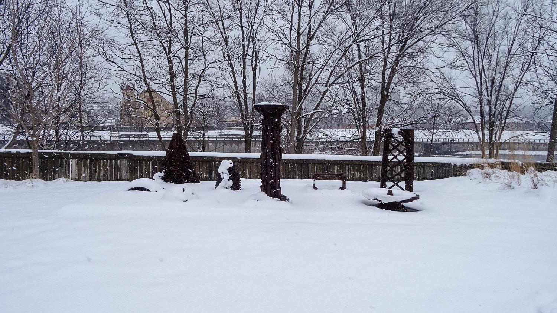 В парке несколько припорошенных снегом скульптур