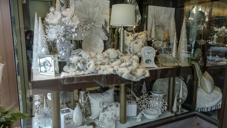 Мир бело-серебристого декора