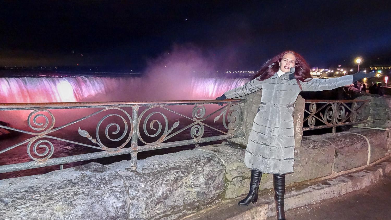 На фоне цветного водопада