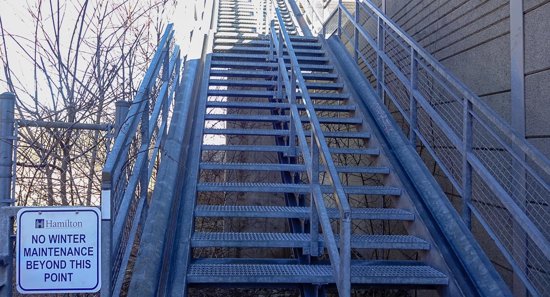 И эта лестница зимой не обслуживается...