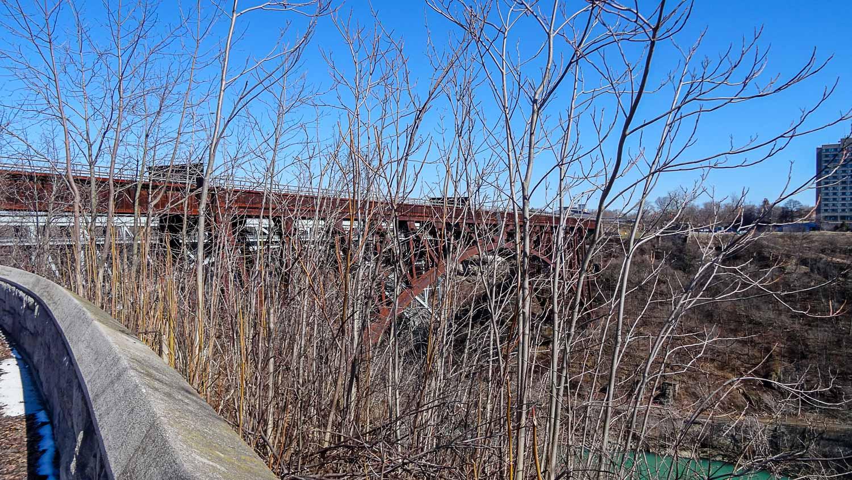 Старый ржавый мост почему-то не демонтируют