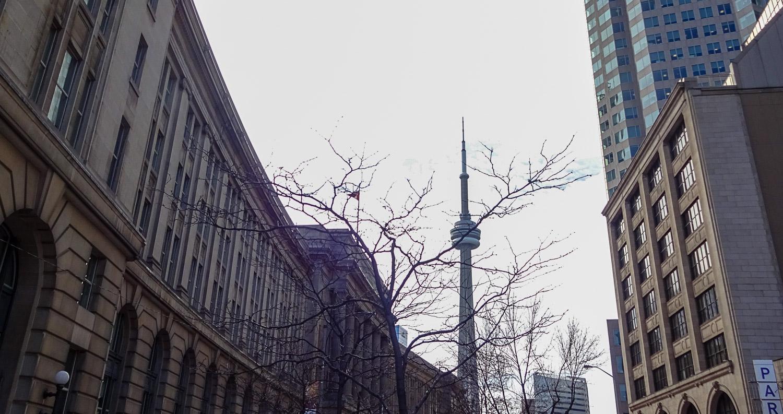А так CN Tower выглядит днем