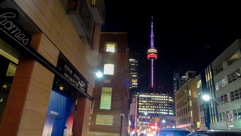 Вечером башня красиво подсвечивается