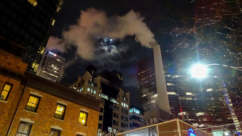 Но оказалось - просто дым из трубы, почему-то в самом центре Торонто