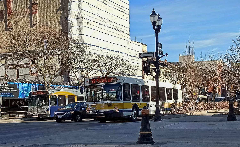 Впереди почти на автобусах есть специальная конструкция для перевозки велосипедов