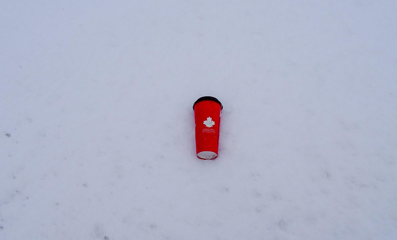 Кто кинул канадский стакан на снег?!