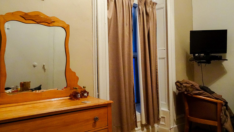 Деревянная мебель, окна до пола