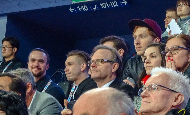 Все смотрят на лед, а Федор Климов как будто прямо мне в камеру