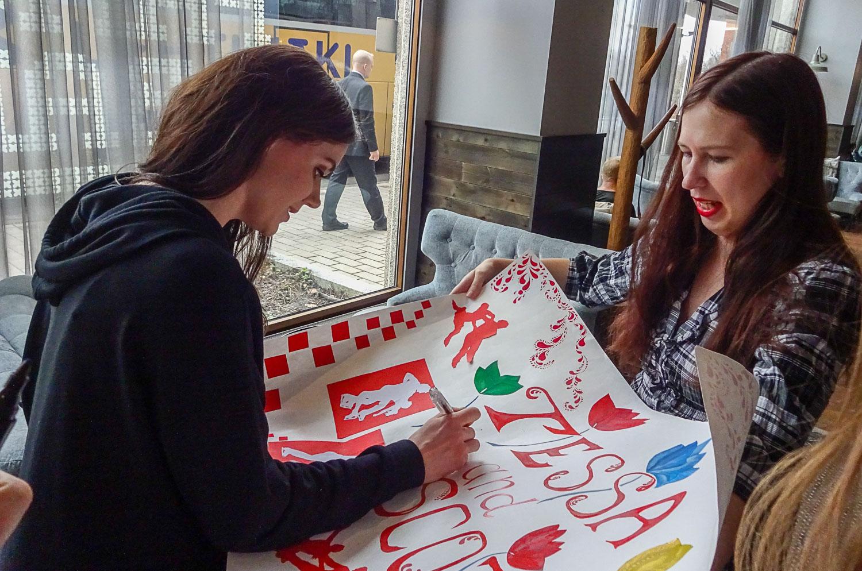 И Тесса подписывает мой плакат