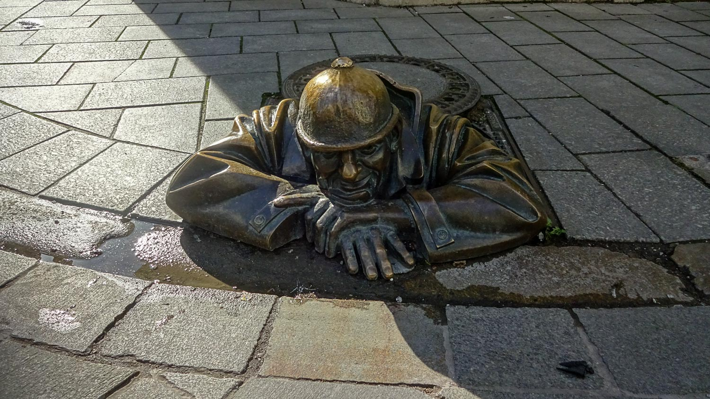 """Памятник сантехнику """"Мужчина на работе"""""""