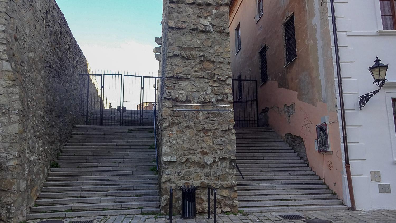 Лестницы закончились решеткой