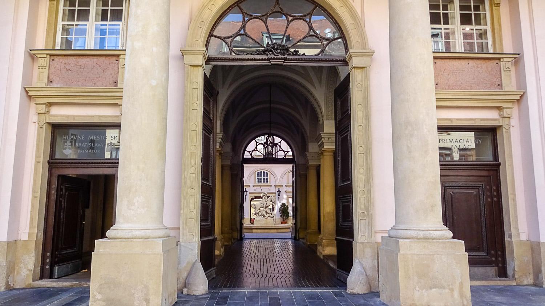 Вход в Архиепископский дворец