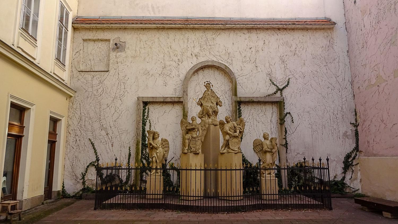 Скульптуры у церкви