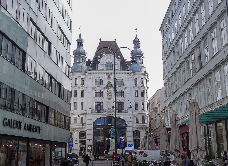 Памятник Иоганну Гутенбергу перед книжным магазином