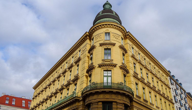 Желто-золотистых домов в Вене очень много!