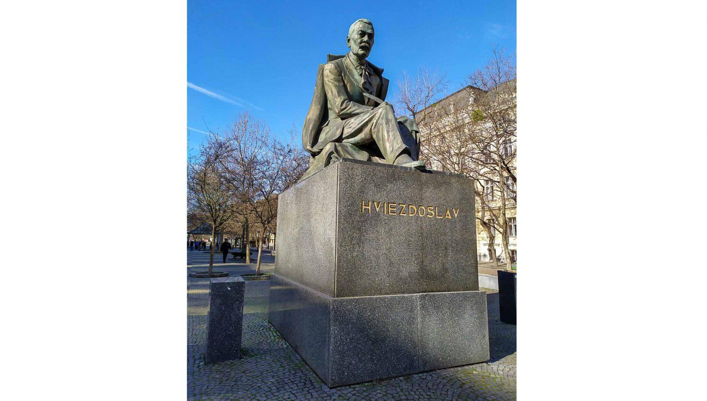 Памятник поэту Паволу Орсагу Гвездославу на одноименной площади
